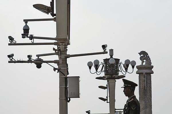 美國加州大學聖地牙哥分校中國問題專家謝淑麗說,中國已經變得更像是一個警察國家。圖為北京天安門廣場上一名執勤武警及附近燈柱上密集的監視攝像鏡頭。(Getty Images)