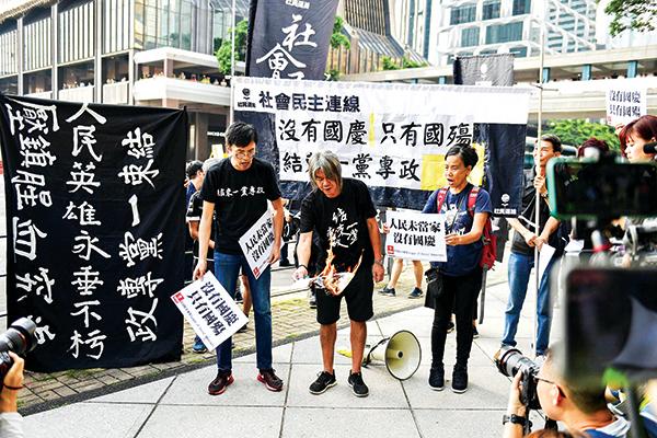 反送中運動和平、理性、非暴力。圖為香港示威者10月1日打出的橫幅上寫著:沒有國慶,只有國殤。(Getty Images)