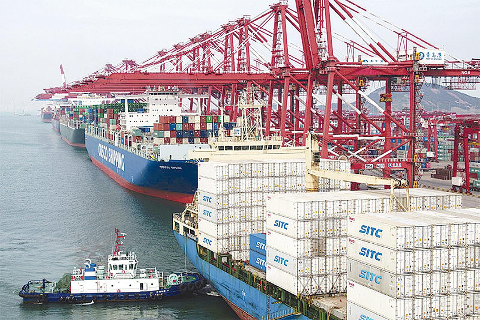 克魯明教授的貿易戰美國必敗論,沒有足夠證據,也不令人信服。圖為今年5月山東青島港的貨運船隻。(Getty Images)