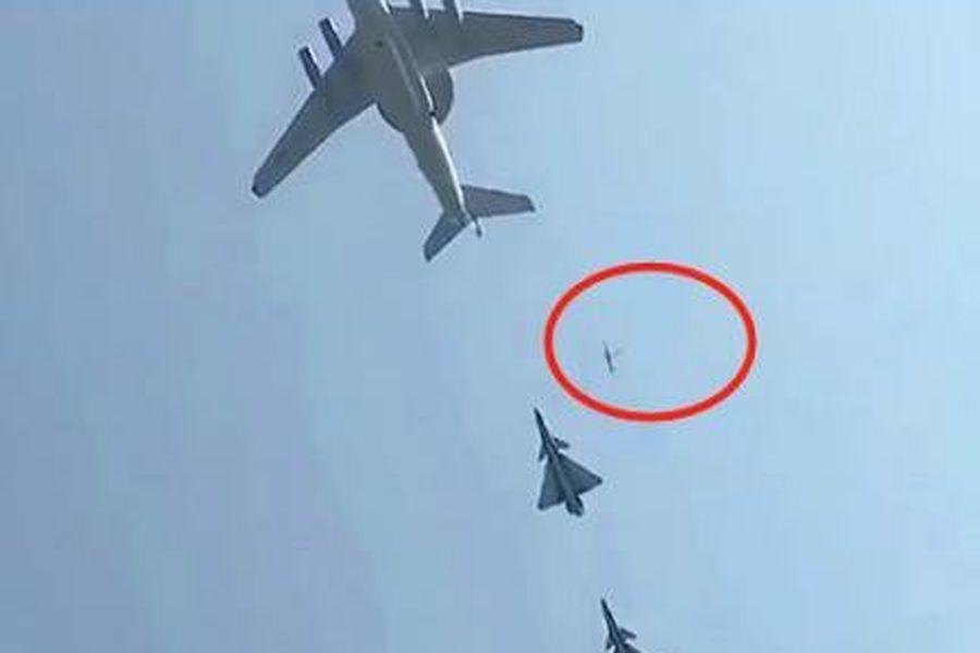 飛機在飛行過程中疑似有物件墜落。(影片截圖)