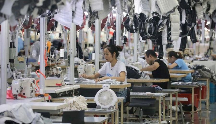 拍攝於2019年9月24日的照片呈現了中國服裝公司波司登在江蘇省南通市一家生產羽絨服的工廠的工人正在工作的場景。(STR/AFP/Getty Images)