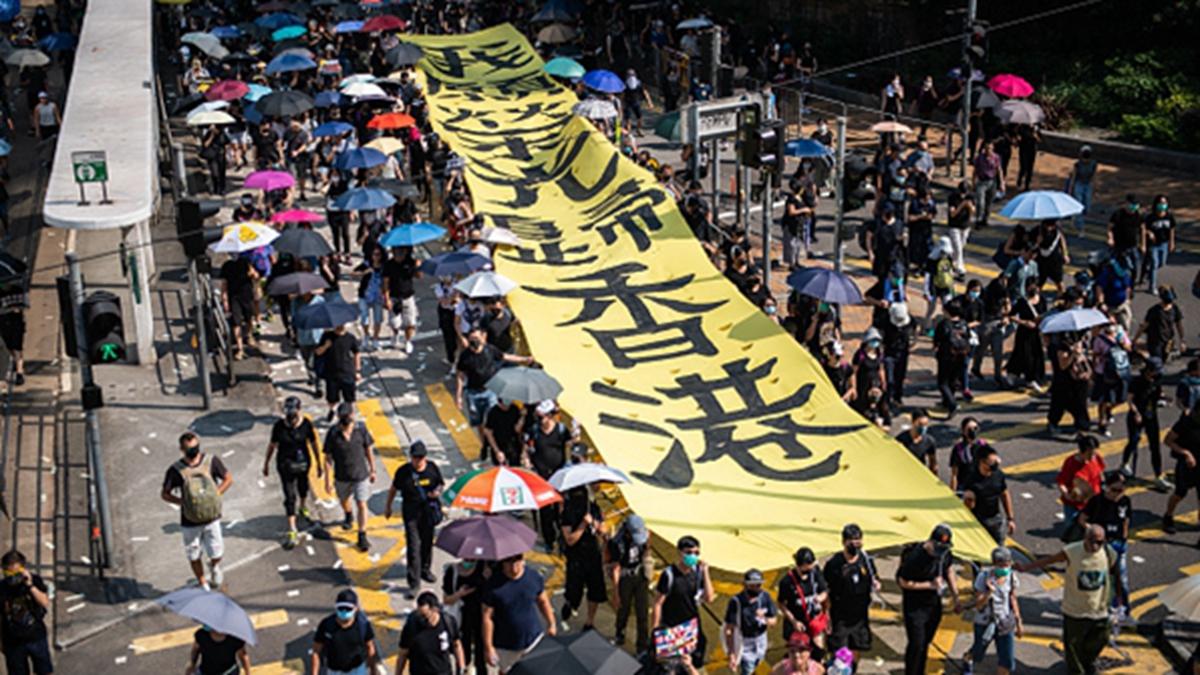 10月1日,香港人背水一戰,在警方拒絕的情況下,自發進行「沒有國慶只有國殤」的集會遊行。(Laurel Chor/Getty Images)