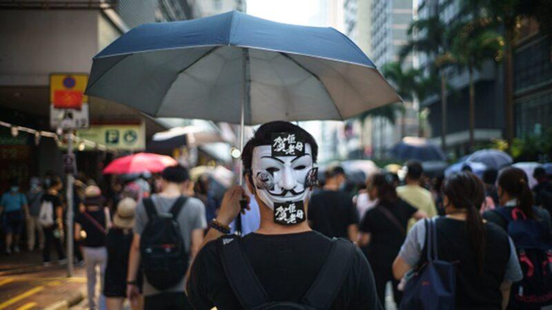 港媒披露,港府計劃儘快頒佈《禁蒙面法》和推行「宵禁令」,最快今天(10月3日)可能就會有消息公佈。(YAN ZHAO/AFP via Getty Images)
