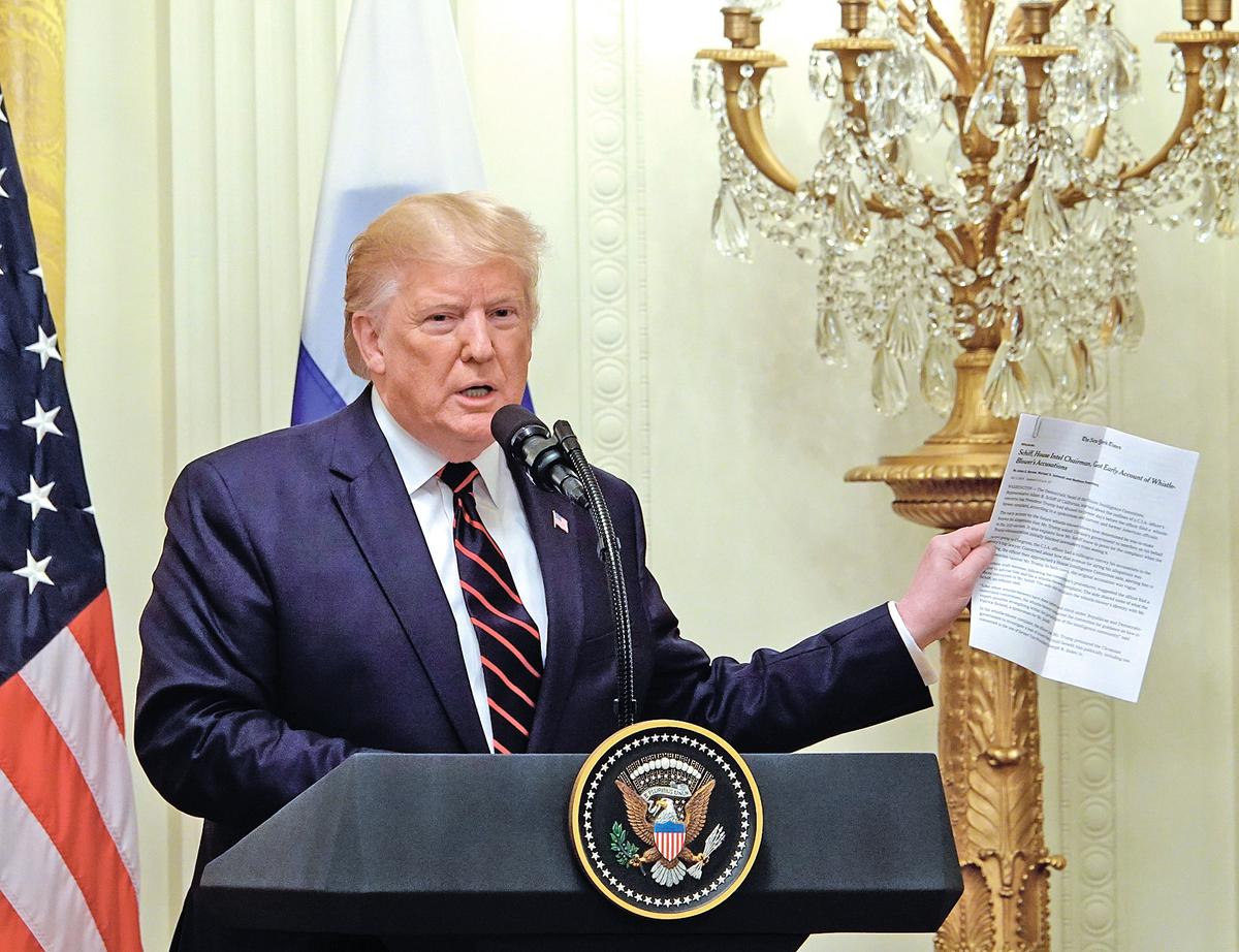 特朗普10月2日在與到訪的芬蘭總統舉行的聯合記者會上大力抨擊民主黨人對他發起的彈劾調查。(亦平/大紀元)