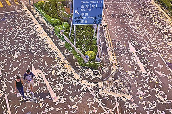 10月1日市民在銅鑼灣軒尼詩道、荃灣等地遍灑溪錢為中共送終。(PHILIP FONG/AFP/Getty Images)