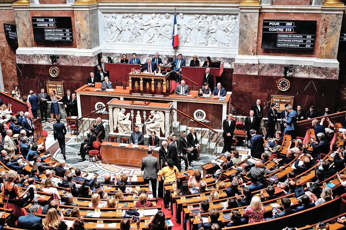 2019年9月24日至10月9日,法國國民議會展開對《生物倫理法》修訂草案的討論,來自不同黨派的多位議員就「器官捐贈」條例,共提出32項修改草案,要求法國政府建立國家器官移植登記系統,跟蹤在法國的來自外國的器官來源,抵制和嚴懲器官販賣。圖為法國國民議會討論現場。(STEPHANE DE SAKUTIN/AFP)