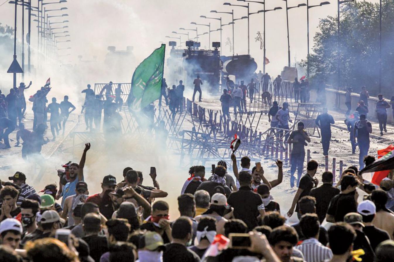 10月2日,伊拉克示威者抗議省政府的貪腐、公部門失能和失業率高漲,在巴格達的塔亞蘭廣場舉行示威遊行。(AFP)
