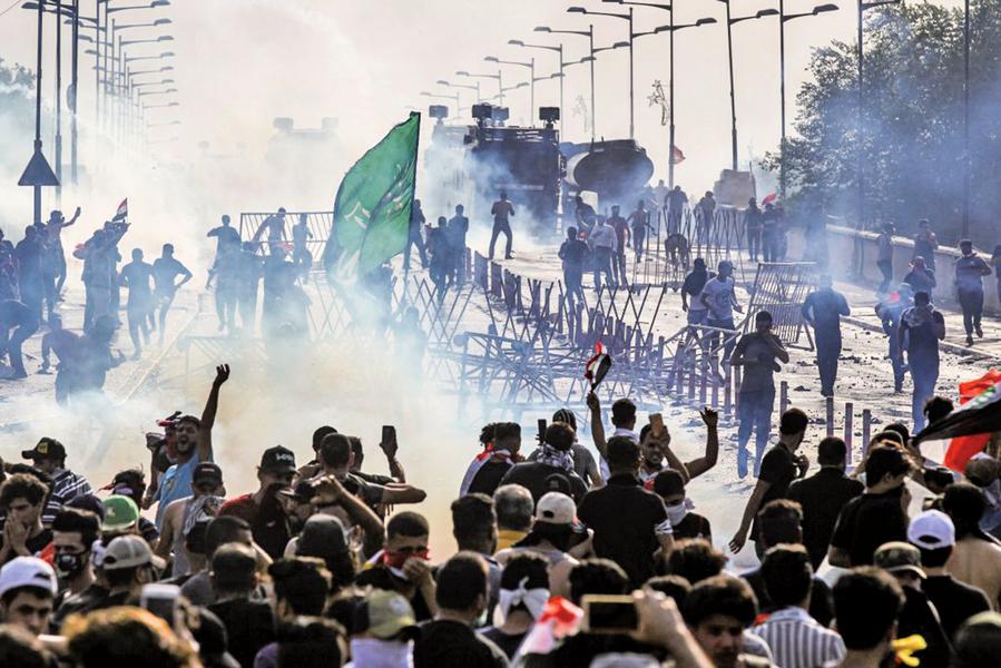 伊拉克示威抗議蔓延 總理宣佈宵禁