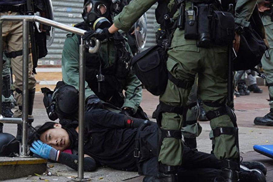 香港荃灣中學生曾志健被實彈打中胸口。(香港大學學生會校園電視圖片)
