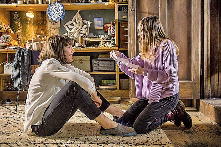 《走佬阿媽》具備多種面向,既有標準的線性敘事手法,也適時運用了女兒的獨白,讓觀眾得以從不同角色的角度認識女主角。