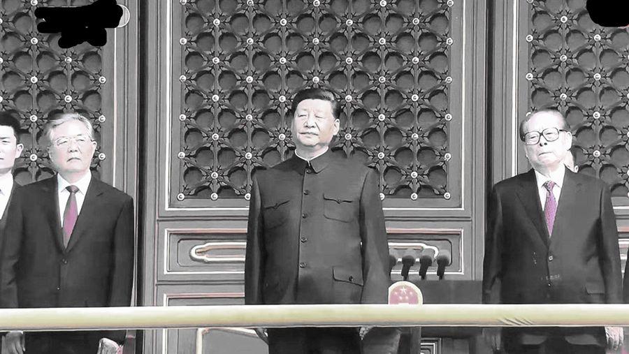 中共建政70周年閱兵當天上午,一眾中共元老現身在北京天安門城樓,其中胡錦濤滿頭白髮、蒼老憔悴的模樣引起熱議。(影片截圖)