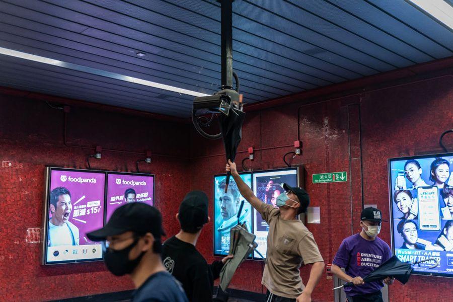 香港抗議者10月3日在太古地鐵站打破了監視錄像機。(Anthony Kwan/Getty Images)