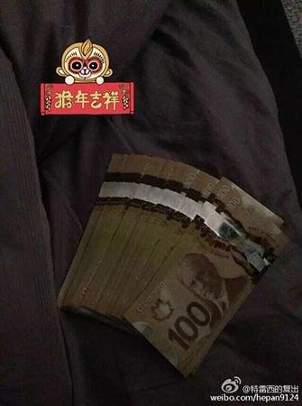 何X在微博上曬出一厚疊的百元加幣。(微博圖片)