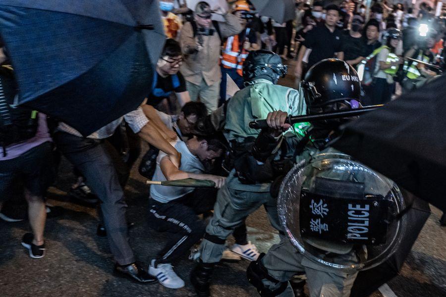 2019年10月3日,警民在太古地鐵站外爆發激烈衝突。(Anthony Kwan/Getty Images)