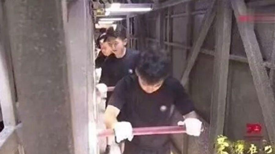 中共「十一」閱兵儀式,參演的彩車內部,暗藏1,700多名大學生作為推車人員。(影片截圖)