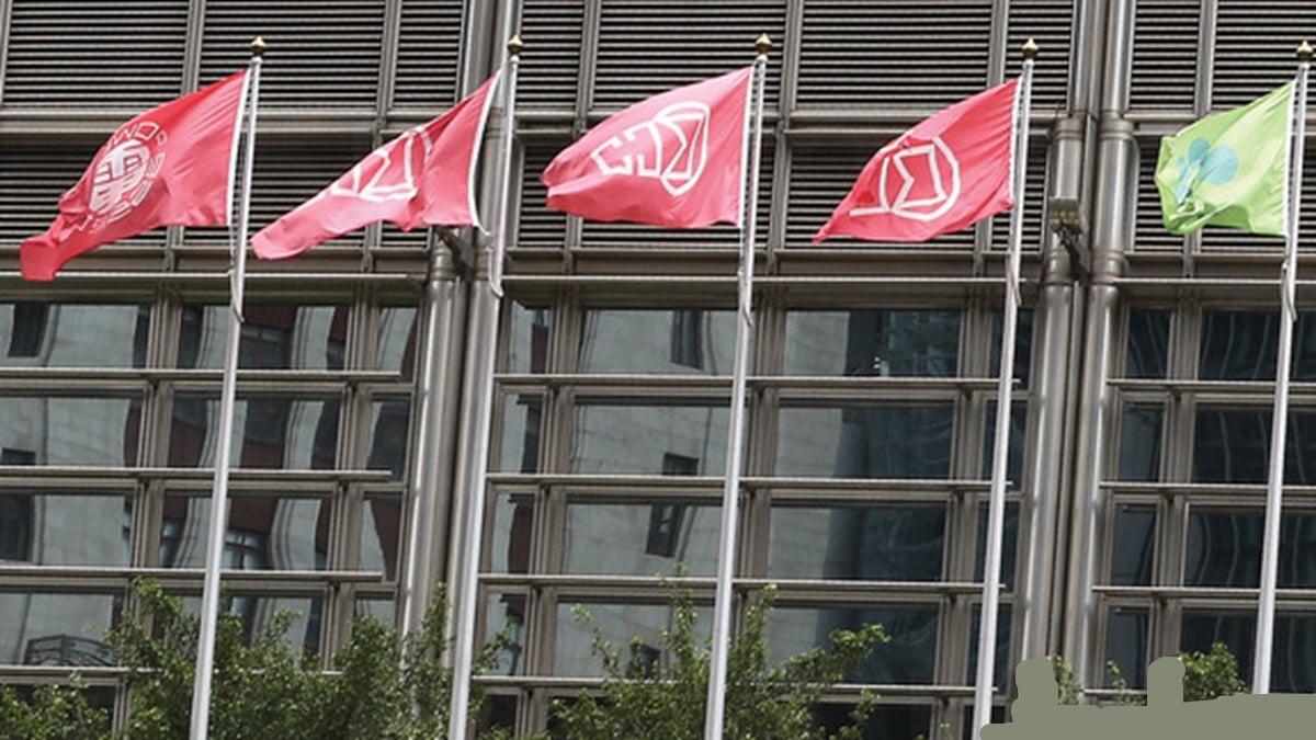 根據香港經濟日報歷年拍得的照片顯示,長江中心外一直只懸掛長和系多家上市公司及李嘉誠基金會的旗幟。(資料圖片)