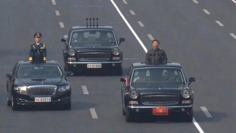 10月1日閱兵當天,中共後備閱兵車的車牌是VA01949,閱兵總指揮車的車牌是VA02019。(影片截圖)