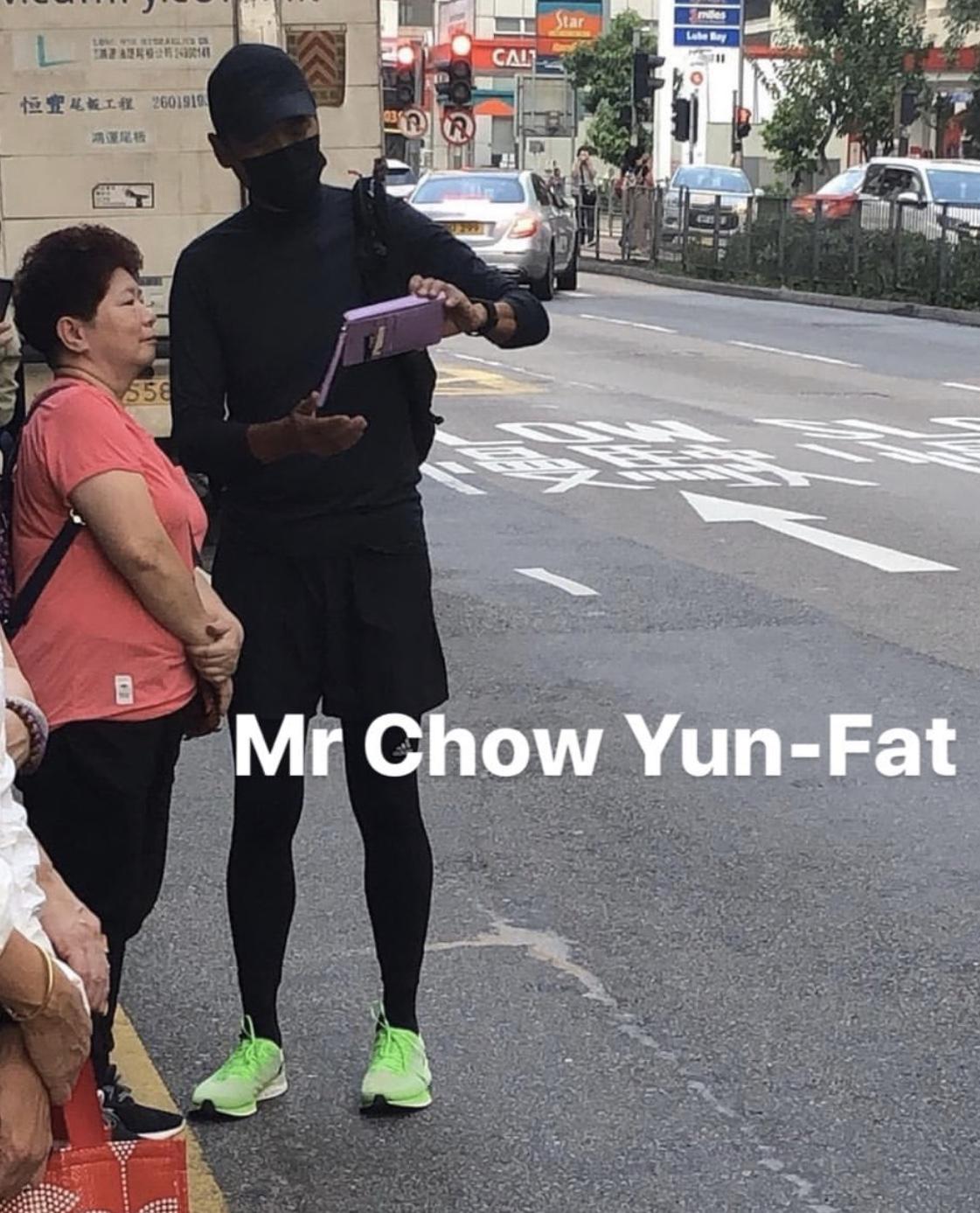 疑似發哥在街頭示範全黑著裝時尚。(網絡視頻)