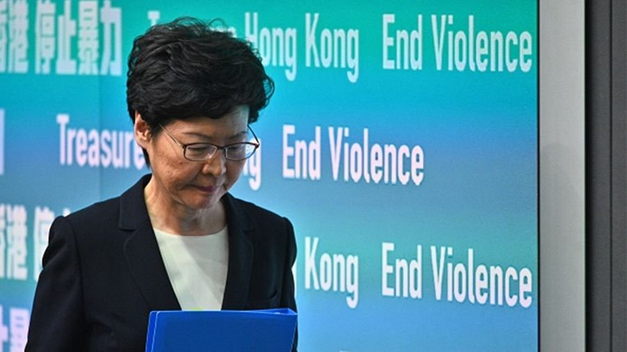 香港大律師指出:林鄭擅自訂立「禁蒙面法」是違憲越權。(PHILIP FONG/AFP via Getty Images)