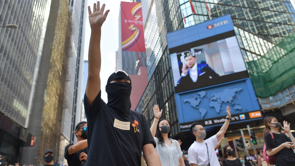 林鄭月娥4日會見傳媒,宣佈引用《緊急法》以訂立的《禁蒙面法》生效。(MOHD RASFAN/AFP via Getty Images)