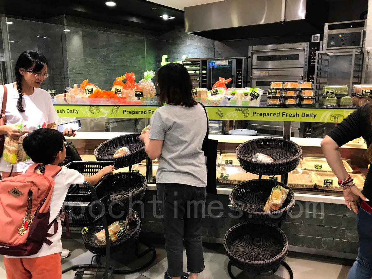 4日下班後,杏花邨附近超市食品被掃空。(黃浩/大紀元)