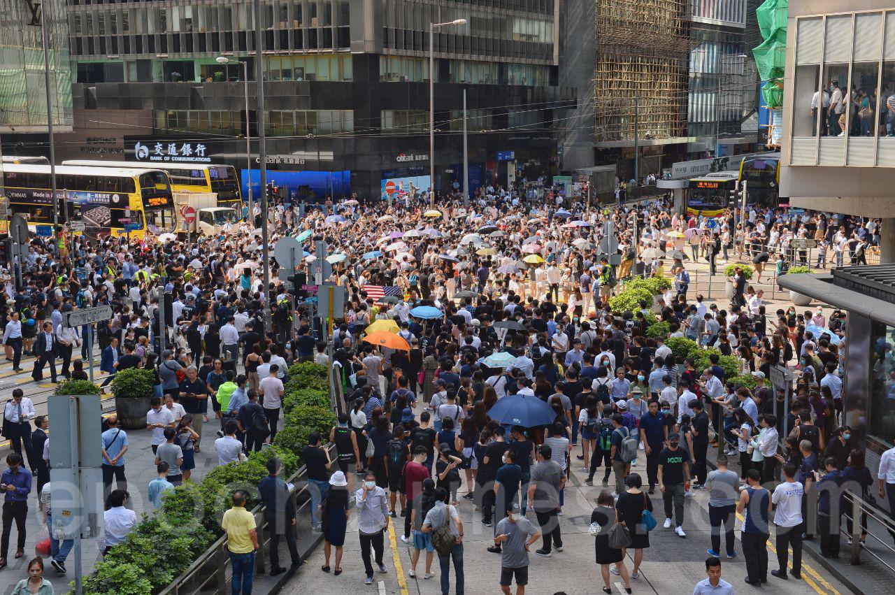 4日,特首林鄭月娥宣布禁蒙面法後引起香港社會強烈反彈,當天市民上街反對禁蒙面。(宋碧龍/大紀元)