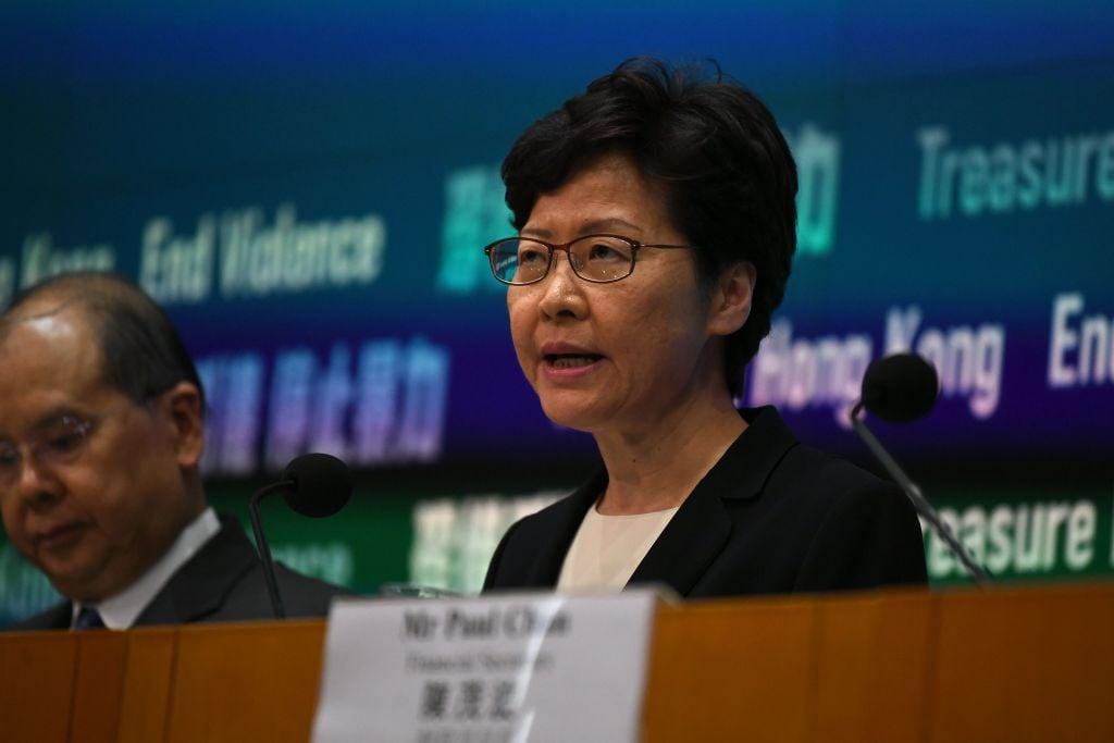 港府10月4日下午召開記者會,宣佈引用《緊急法》的條款訂立《禁蒙面法》,5日起生效。(Getty Images)
