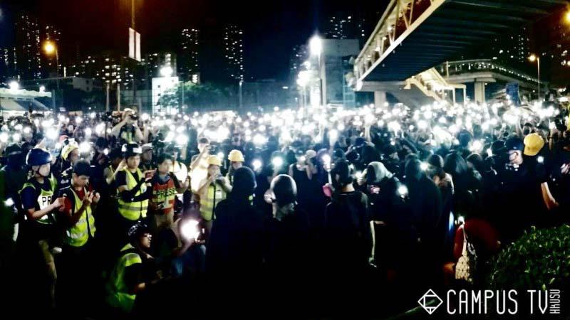 2019年10月4日,香港抗爭者在荃灣集體宣讀《臨時政府宣言》。(「Campus TV, HKUSU 香港大學學生會校園電視」臉書粉絲專頁)