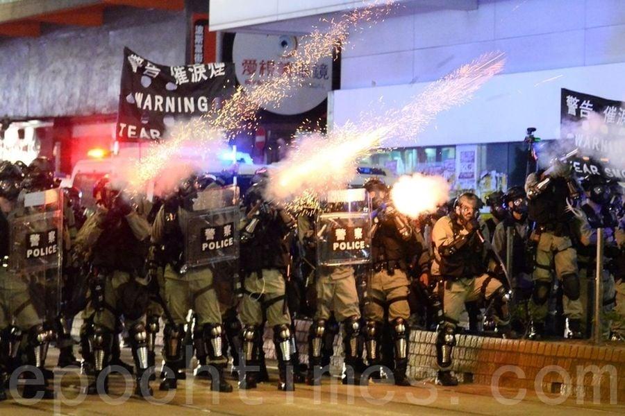 2019年10月4日,在銅鑼灣警察開始發射催淚彈驅離民眾。(宋碧龍/大紀元)