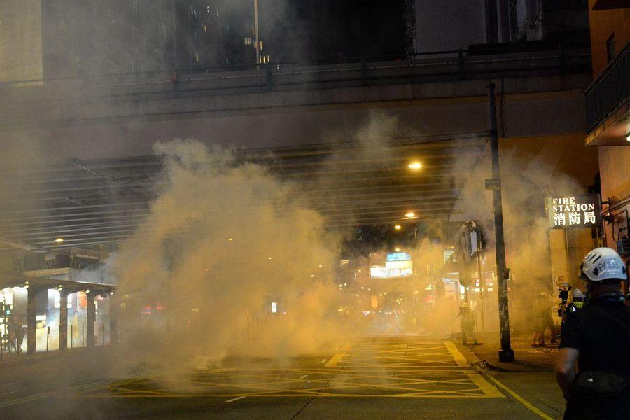 10月4日入夜,銅鑼灣警察狂射催淚彈,驅趕民眾,一片煙霧。(宋碧龍/大紀元)