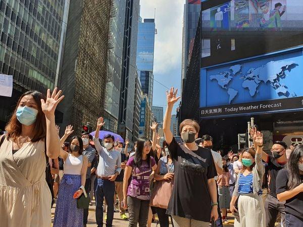 2019年10月4日,中環戴口罩快閃遊行,隊伍到了畢打街,反對《禁蒙面法》。(孫明國/大紀元)