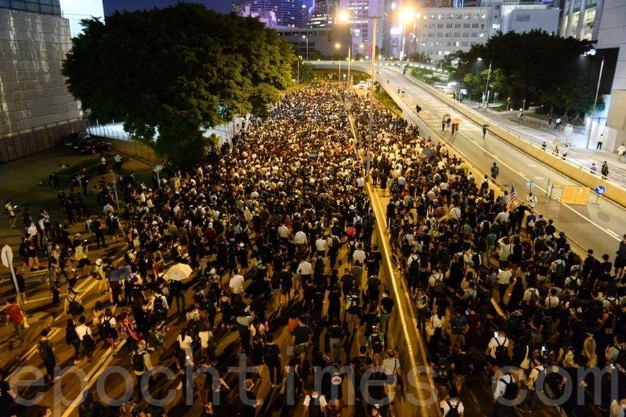 2019年10月4日晚上,抗爭者往銅鑼灣方向前進。(宋碧龍/大紀元)