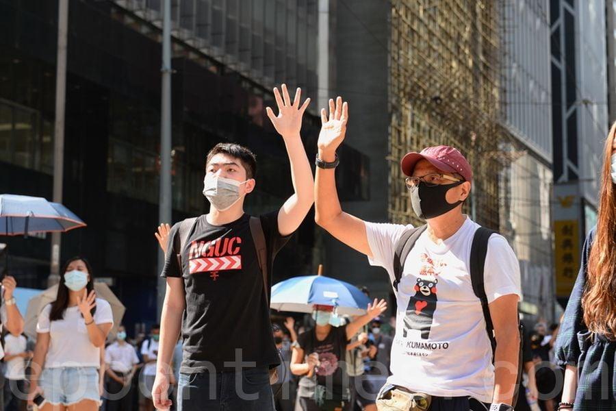 香港特首林鄭月娥當地時間周五(10月4日)宣佈,啟動《緊急法》所賦予的權限,制訂《禁止蒙面規例》,不僅令香港民眾更加憤怒,也引發全球各界的譴責和擔憂。圖為香港民眾4日在街頭遊行抗議。(宋碧龍/大紀元)