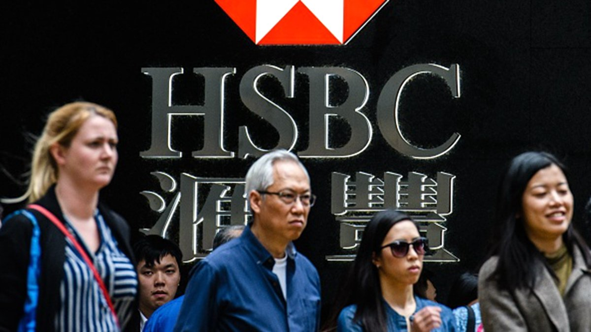 港府4日啟動《緊急法》,一些香港富豪也開始徹底轉移資產。圖為民眾在香港匯豐銀行標誌前。(credit should read ANTHONY WALLACE/AFP/Getty Images)