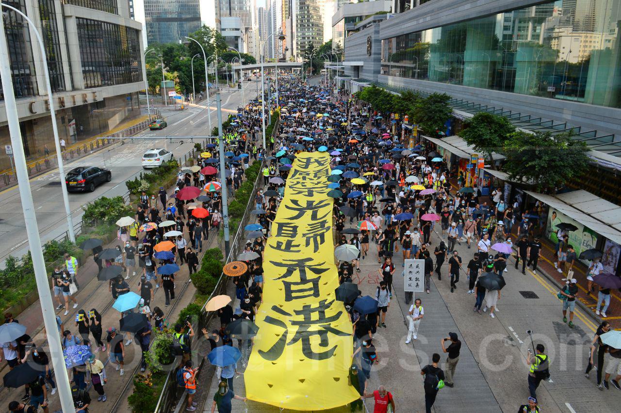 5日大批香港市民在銅鑼灣舉行遊行抗議《禁蒙面法》。(宋碧龍/大紀元)