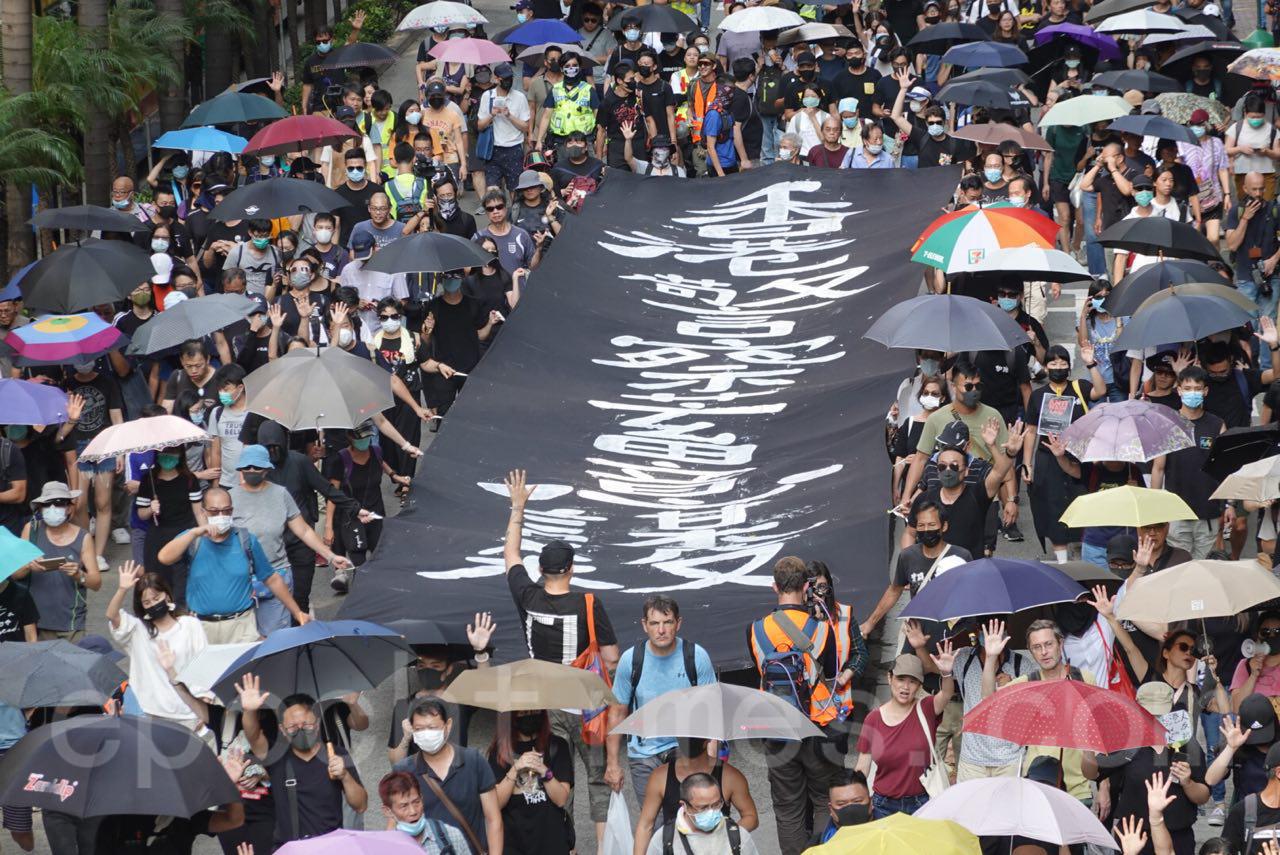 5日大批香港市民在銅鑼灣舉行遊行抗議《禁蒙面法》。(余鋼/大紀元)