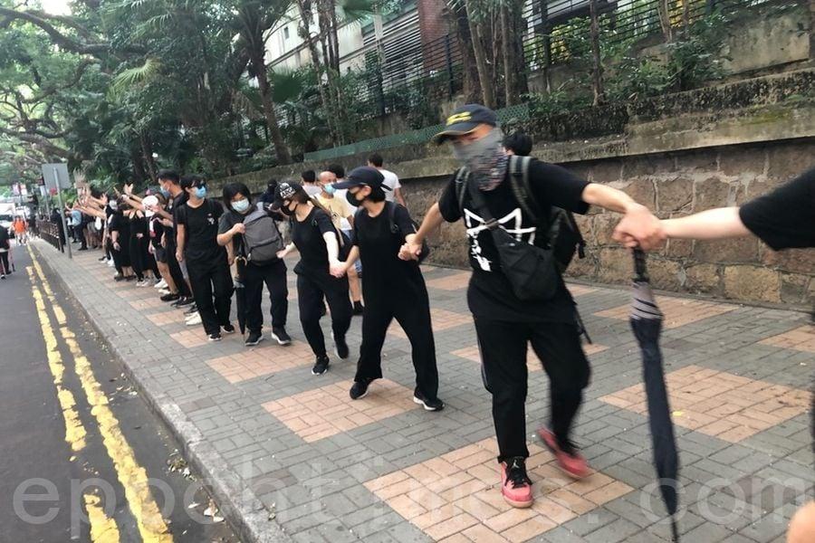 2019年10月5日,香港民眾發起港島遊行,圖為海防道組人鏈。(余天佑/大紀元)