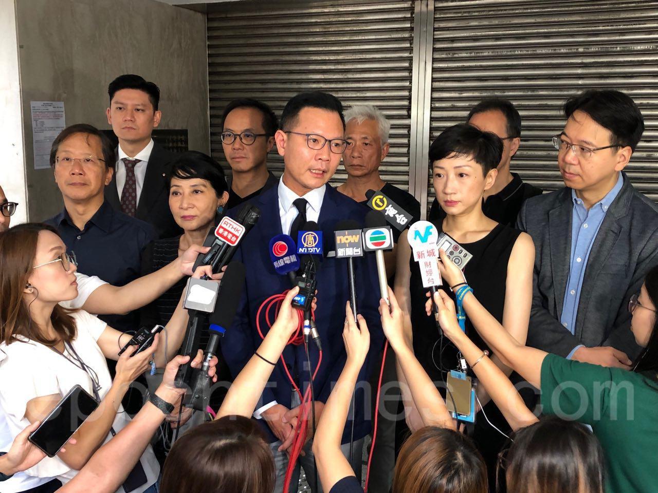 今早,24名泛民派立法會議員前往高等法院申請司法覆核許可,要求法庭宣布引用《緊急條例》訂立《禁止蒙面規例》是違法及違憲。(余天佑/大紀元)