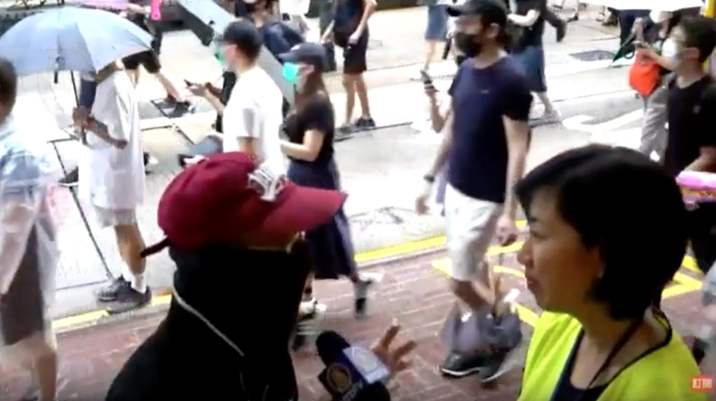 10月5日,《禁蒙面法》正式推行,今日(10月6日)大批香港市民戴上口罩走上街頭,市民謝先生認為,林鄭只是傀儡而已,真正操控香港警察的是共產黨。