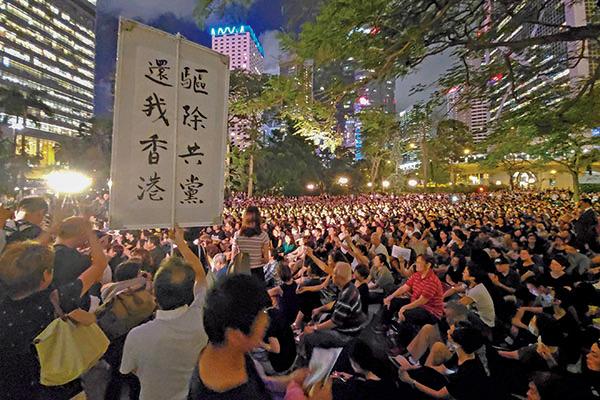 一群反對修訂逃犯條例的「香港媽媽」7月5日再次在中環遮打花園舉行集會,強調香港的成年人與年輕人同行,鼓勵年輕人珍惜生命,一起攜手同行反送中。(大紀元資料室)