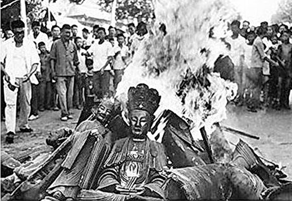 文化大革命期間,中共在全國範圍內「破四舊」,寺廟中的佛像多被砸毀並付之一炬。(公有領域)