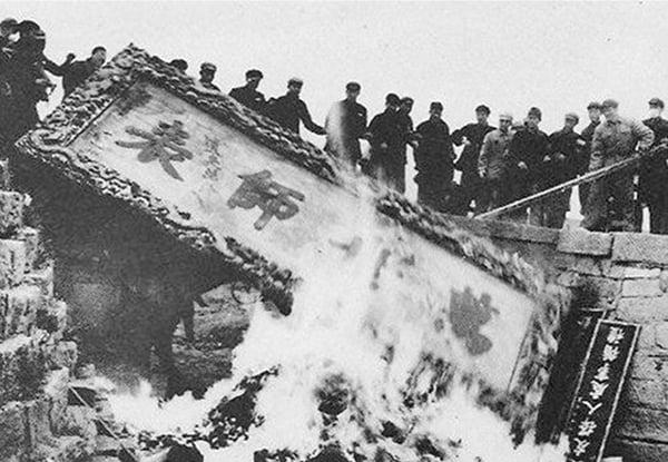破四舊,孔子萬世師表匾在「文革」中被焚燬。(網路圖片)