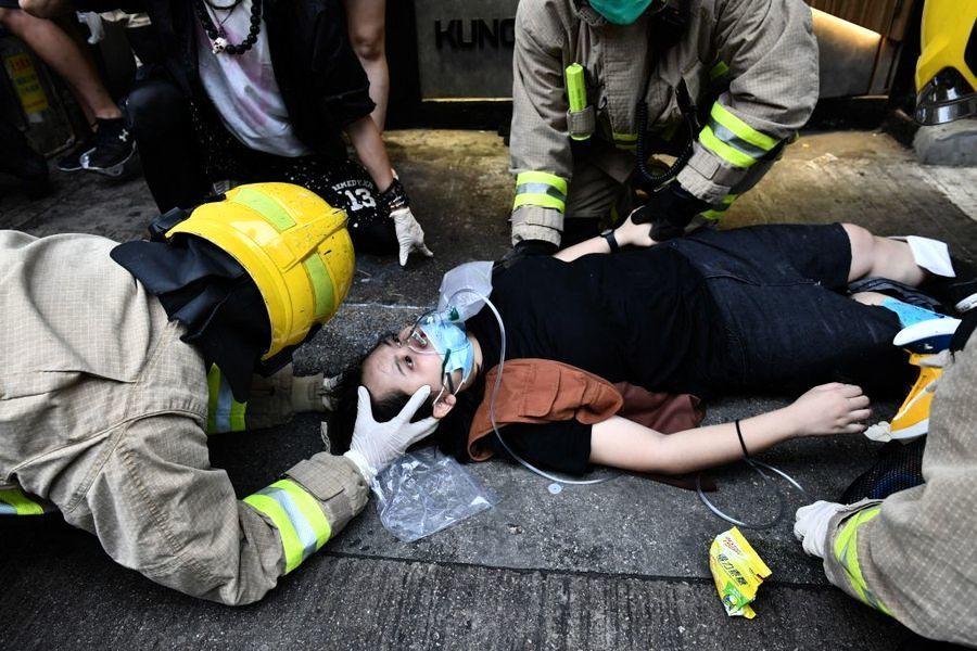 港親共的士瘋狂撞擊抗爭人群 致少女雙腿骨折