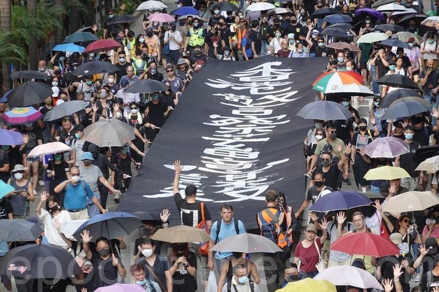 圖為10月5日,香港民眾在港島遊行,從銅鑼灣SOGO起步到中環遮打花園,抗議《禁蒙面法》。(余鋼/大紀元)