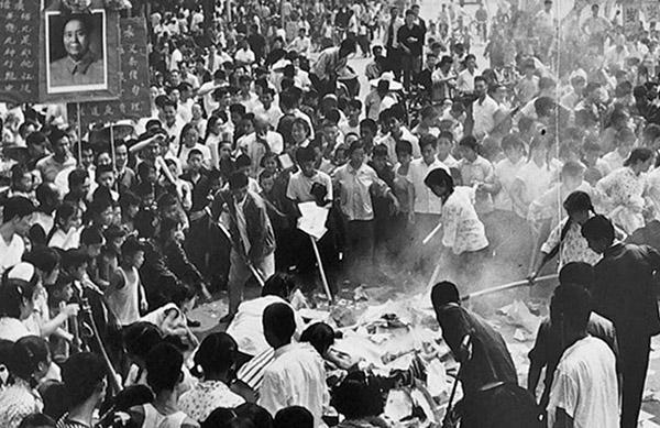 文革中「破四舊」,燒毀寶貴的歷史文物。(網絡新聞)