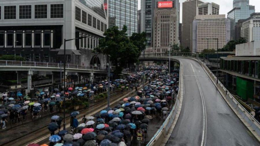 香港數萬民眾2019年10月6日冒雨走上街頭,參加了並未向警方申請的抗爭大遊行,表達對港府出台《禁蒙面法》的反抗決心。(Anthony Kwan/Getty Images)