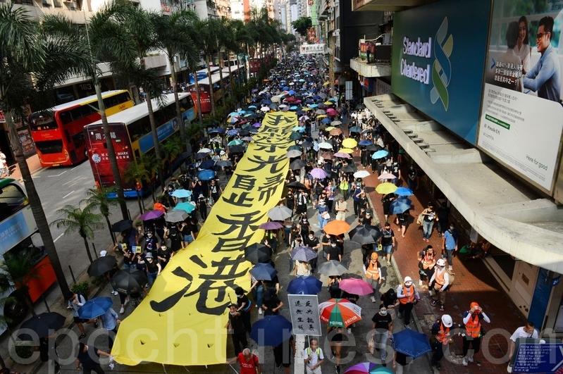 2019年10月5日,香港民眾港島遊行,抗議《禁蒙面法》。(宋碧龍/大紀元)