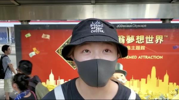 在中環公園內的吳姓女學生,在接受記者採訪時,也一再強調《禁蒙面法》的深重危害。(駱亞/大紀元)