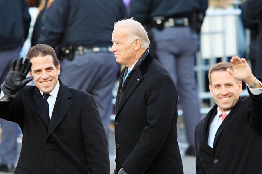 2009年1月,拜登和兒子亨特參加奧巴馬總統就職典禮。(Photo by David McNew/Getty Images)