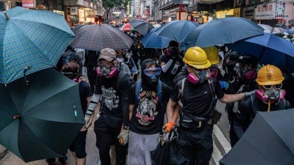 10月6日,抗爭者在前所未有的白色恐怖下,繼續蒙面上街反抗強權惡法。( Anthony Kwan/Getty Images)